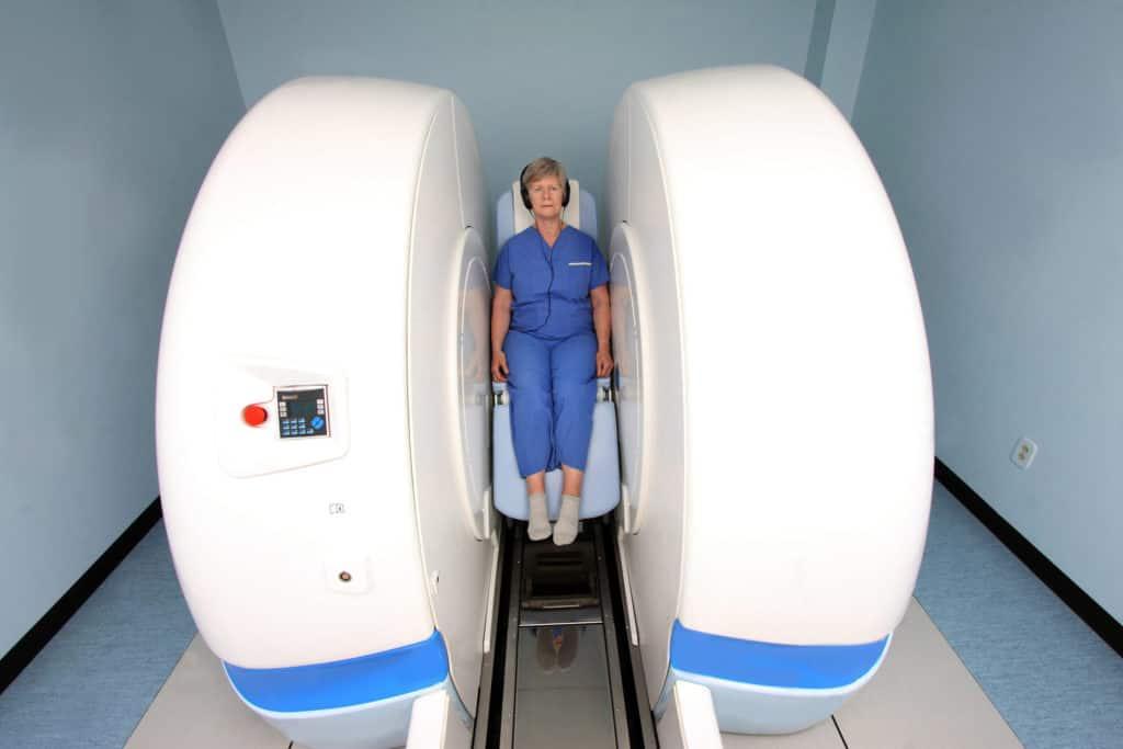 МРТ-аппарат открытого типа с возможностью создания вертикального снимка